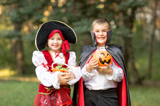 Vista frontal de los disfraces de halloween de drácula y pirata