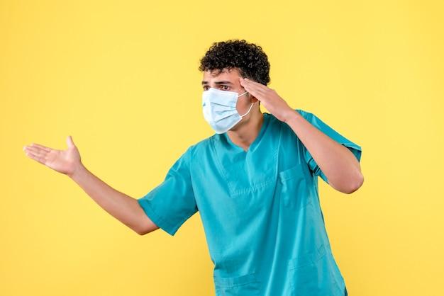 Vista frontal del doctor el doctor en máscara se preocupa por los ancianos