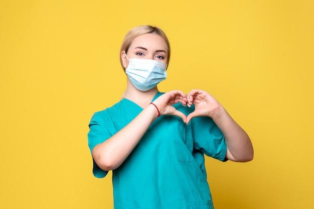 Vista frontal doctora en camisa médica y máscara estéril, enfermera del hospital médico de la pandemia de covid de salud