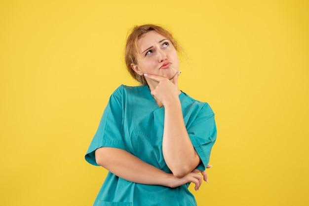 Vista frontal doctora en camisa médica pensando, médico del hospital enfermera covid color salud