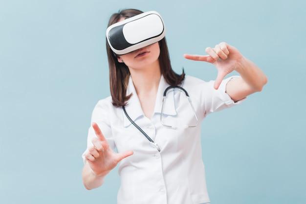 Vista frontal de la doctora con casco de realidad virtual