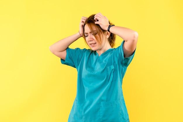 Vista frontal doctora destacó el espacio amarillo
