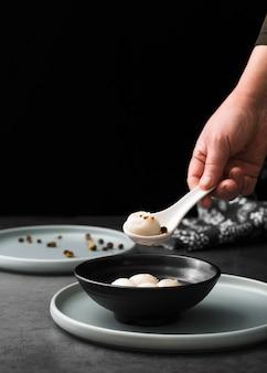 Vista frontal de dumpling en cuchara con espacio de copia