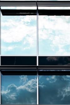 Vista frontal del edificio con grandes ventanales
