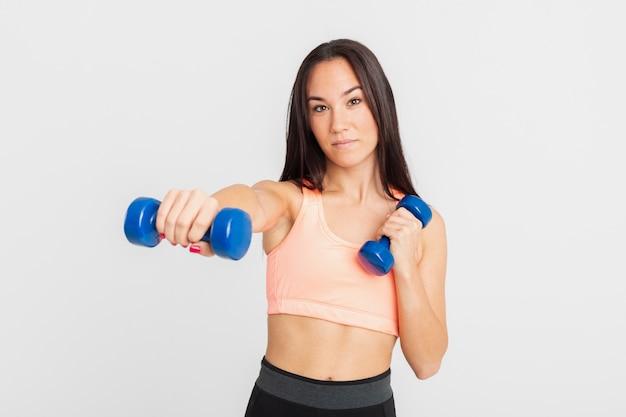 Vista frontal con ejercicio de pesas de mano