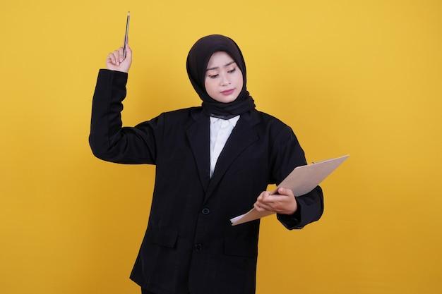 Vista frontal de la elegante empresaria sosteniendo el portapapeles, pensando en una nueva idea
