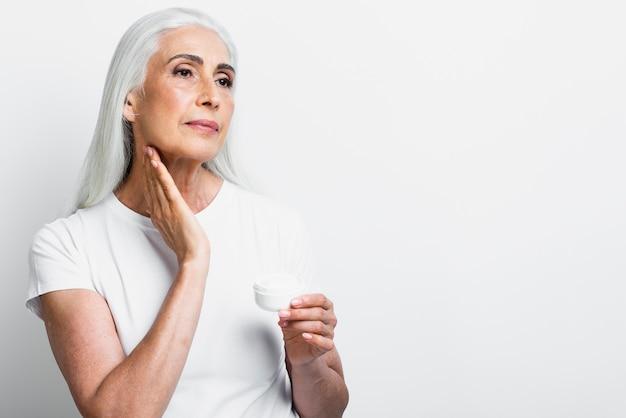 Vista frontal elegante mujer con crema