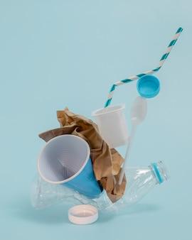 Vista frontal de elementos plásticos no ecológicos.