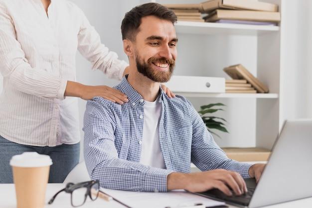 Vista frontal empleado masculino con un masaje