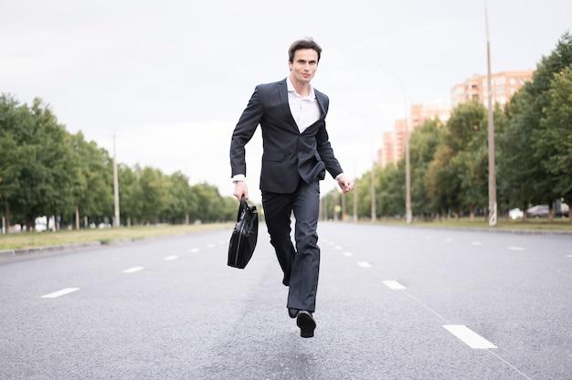 Vista frontal del empresario corriendo