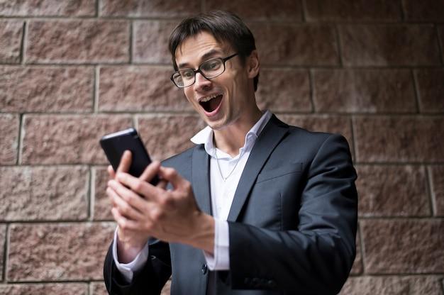 Vista frontal del empresario excitado