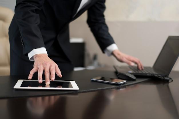 Vista frontal del empresario trabajando