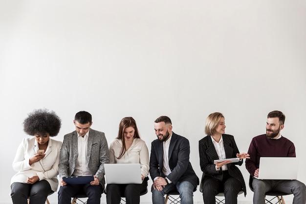 Vista frontal de empresarios con espacio de copia