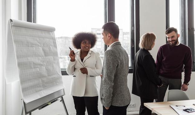 Vista frontal de empresarios hablando