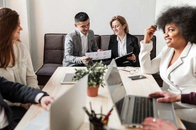 Vista frontal de empresarios en reunión