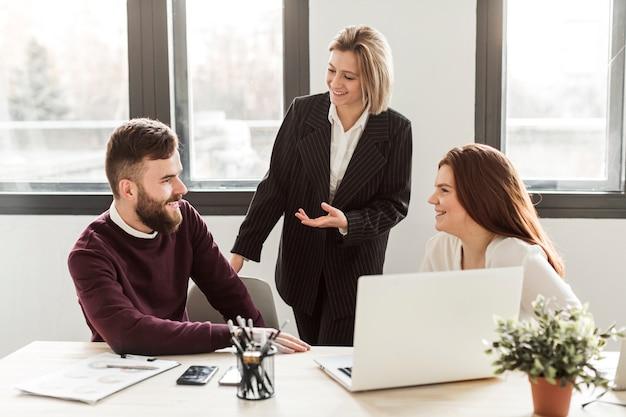 Vista frontal de empresarios
