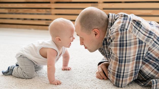 Vista frontal del encantador padre e hijo