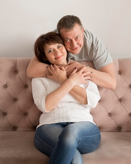 Vista frontal de la encantadora esposa y esposo