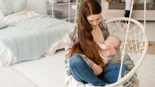 Vista frontal de la encantadora madre y niño