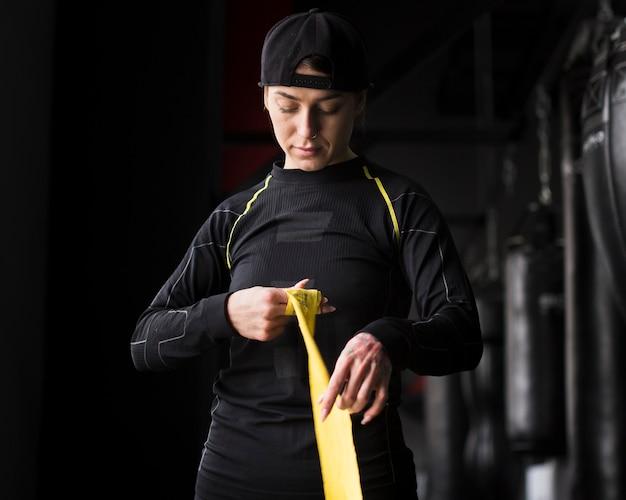 Vista frontal del entrenador de boxeadora con cordón elástico