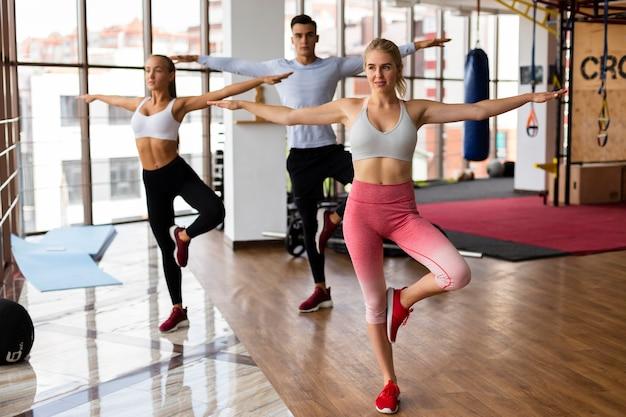 Vista frontal del entrenamiento de hombres y mujeres