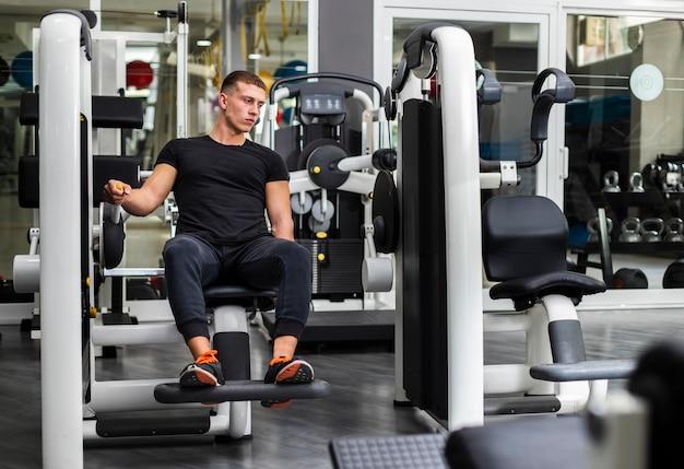 Vista frontal de entrenamiento masculino en el gimnasio