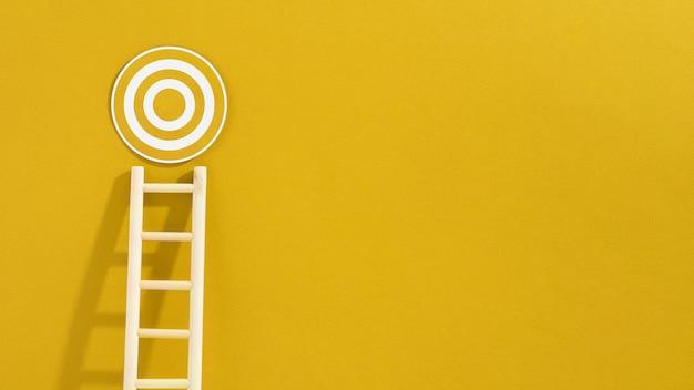 Vista frontal de la escalera con objetivo circular y espacio de copia