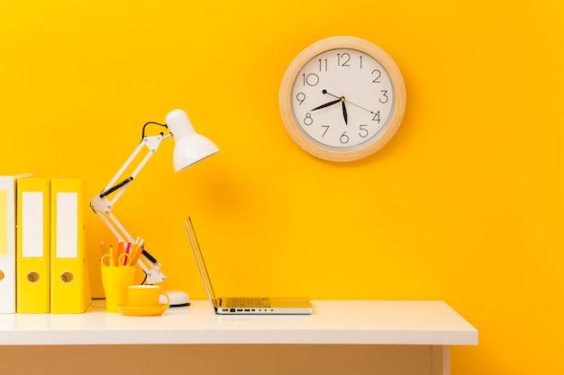 Vista frontal del escritorio de negocios amarillo