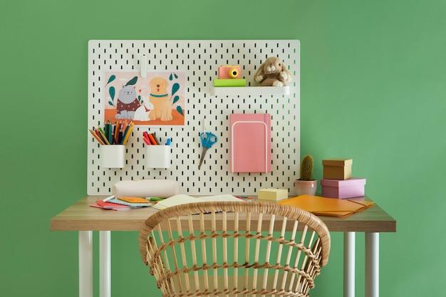 Vista frontal del escritorio para niños con organizador.