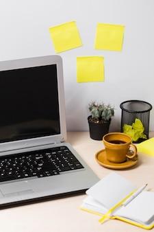 Vista frontal del escritorio y pegatinas con espacio de copia.