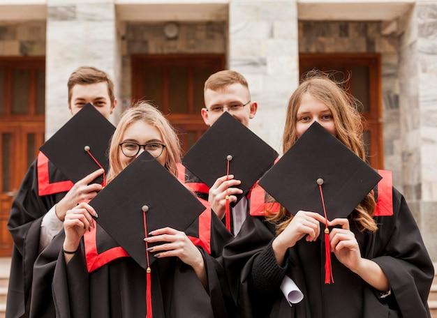 Vista frontal de los estudiantes en la graduación