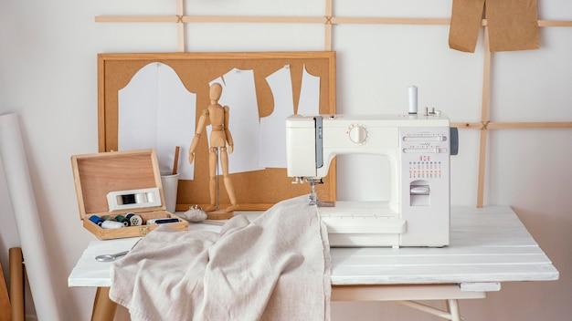 Vista frontal del estudio de confección con máquina de coser
