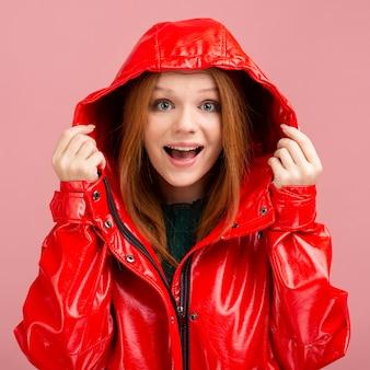 Vista frontal excitada mujer con chaqueta