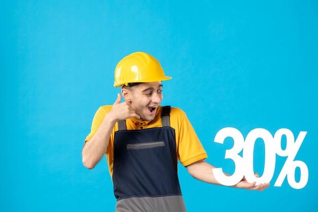 Vista frontal excitado trabajador masculino en uniforme con escritura en azul