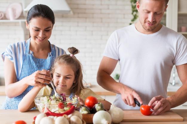 Vista frontal familia cocinando juntos