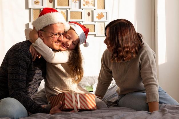 Vista frontal de la familia en concepto de navidad