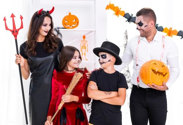 Vista frontal familia vestida con disfraces de halloween