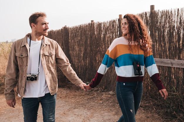 Vista frontal feliz pareja caminando