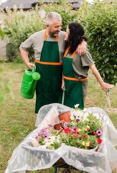 Vista frontal feliz pareja con carretilla