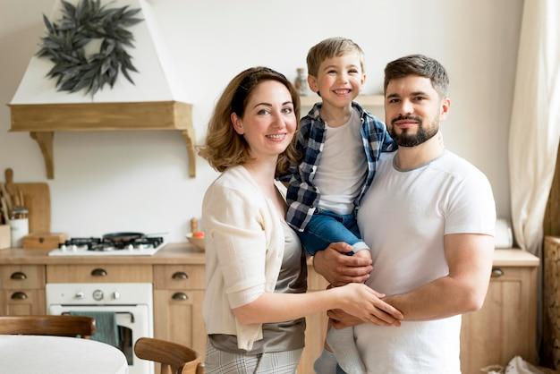 Vista frontal feliz pareja y su hijo