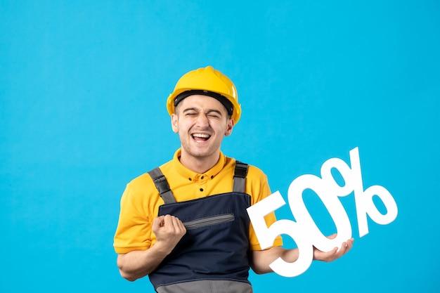 Vista frontal feliz trabajador masculino en uniforme con escritura en azul