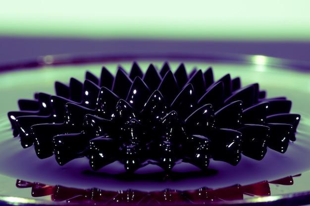 Vista frontal del fenómeno del fluido ferromagnético