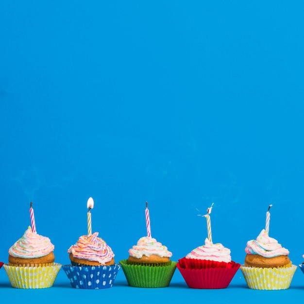 Vista frontal fila cupcake cumpleaños