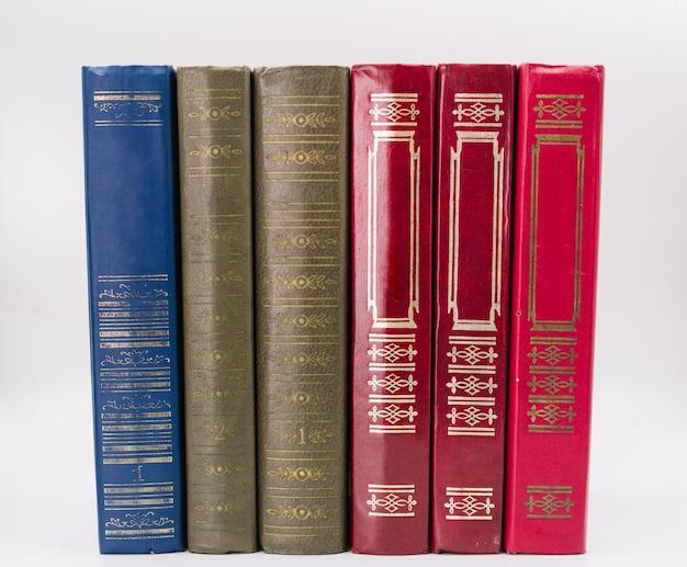 Vista frontal fila de libros