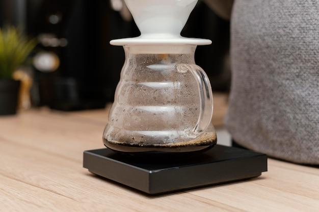 Vista frontal del filtro de café con barista masculino