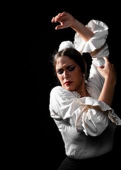 Vista frontal flamenca levantando las manos en el aire