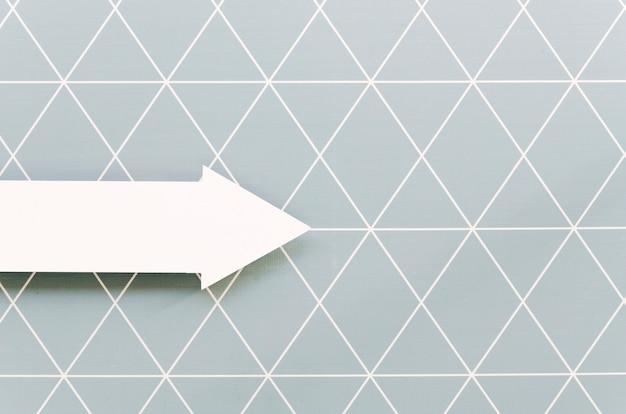 Vista frontal de la flecha blanca apuntando hacia la derecha