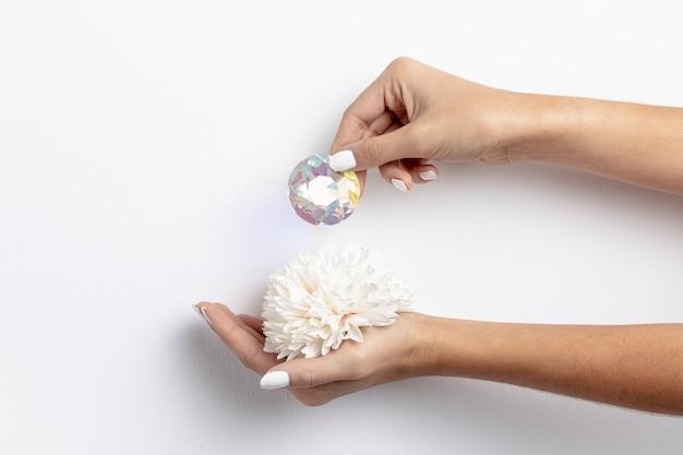Vista frontal de la flor de mano con diamante