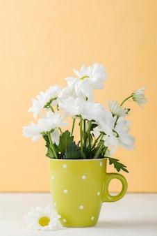 Vista frontal de flores en florero