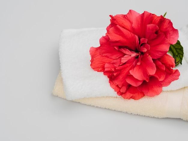 Vista frontal de flores y toallas.